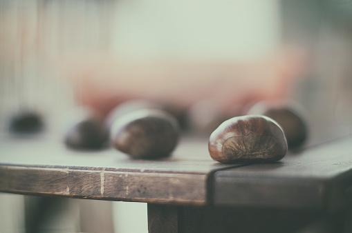栗「Close-up of chestnuts on table」:スマホ壁紙(1)