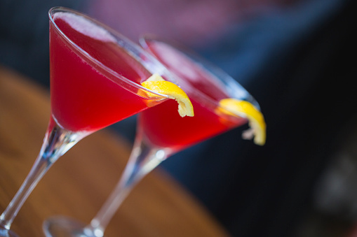 Martini「Close-up of two Cosmopolitan martinis on a Paris sidewalk bar patio.」:スマホ壁紙(3)
