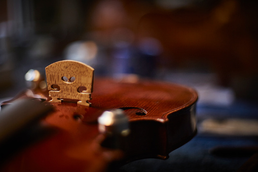 Violin Scroll「Close-up of a violin in a luthier's workshop」:スマホ壁紙(17)