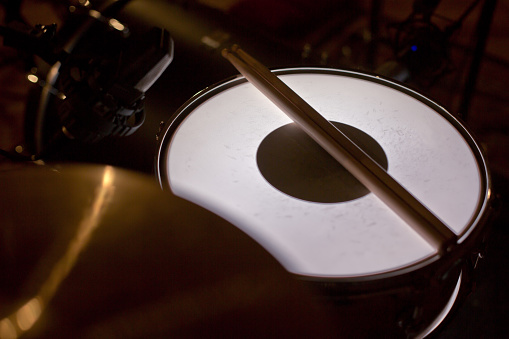 Snare Drum「Close-up of drum sticks and snare drum」:スマホ壁紙(15)