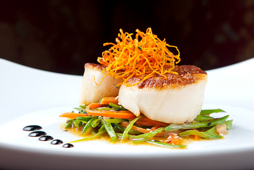 French Food「Close-up of cooked scallops on bed of vegetables」:スマホ壁紙(10)
