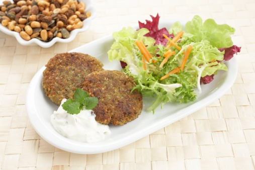 Veggie Burger「Close-up of veggie burgers with savoury sauce and salad in tray」:スマホ壁紙(7)