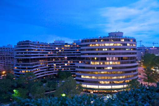 Infamous「Watergate building at dusk seen from rooftop of The John F. Kennedy Center for the Performing Arts, Washington DC, USA」:スマホ壁紙(12)