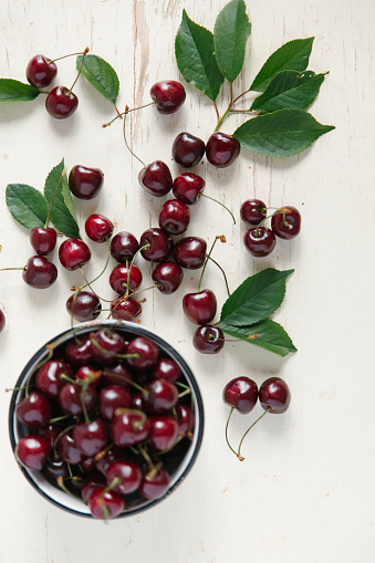 Focus On Background「Cherries and bowl on white wooden table」:スマホ壁紙(1)