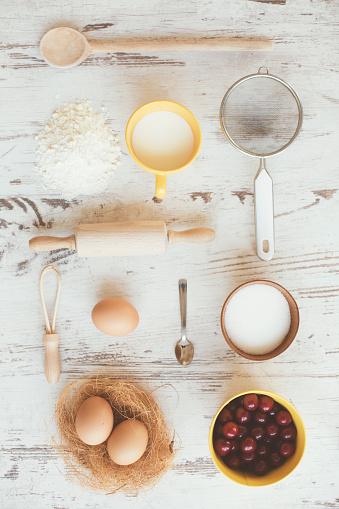ケーキ「さくらんぼと台所用品 - knolling」:スマホ壁紙(10)