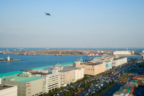 海「Plane flying over wharf, Minato Ward, Tokyo, Japan.」:スマホ壁紙(16)