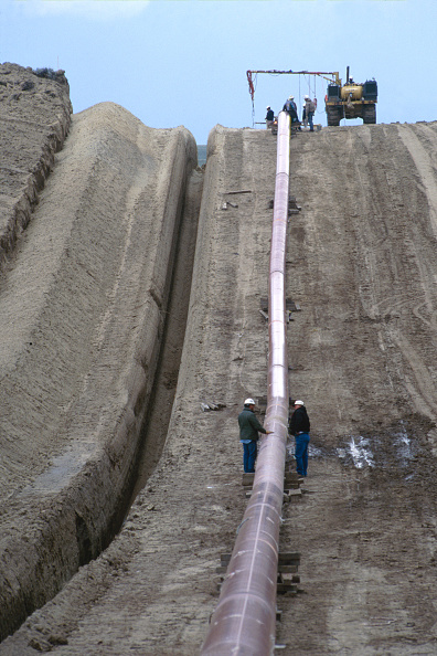 18-19 Years「Positioning length of piping alongside trench. Thunder Creek, Wyoming, USA.」:写真・画像(18)[壁紙.com]