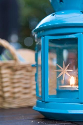 Hove「Lantern on table outdoors」:スマホ壁紙(14)
