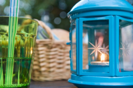 Hove「Lantern on table outdoors」:スマホ壁紙(15)