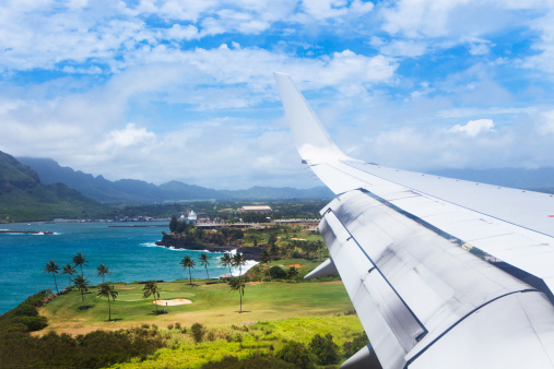 Hawaii Islands「A plane flies into Lihue airport」:スマホ壁紙(11)