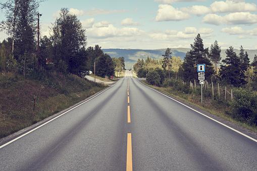 Road Marking「Long, straight road through Norwegian scenery」:スマホ壁紙(15)