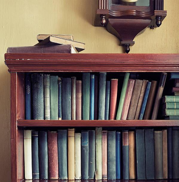 Old books and bookcase:スマホ壁紙(壁紙.com)