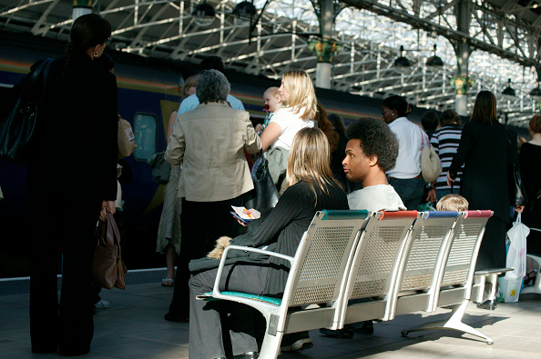 Bench「Travellers at Manchester Piccadilly. May 2005」:写真・画像(12)[壁紙.com]