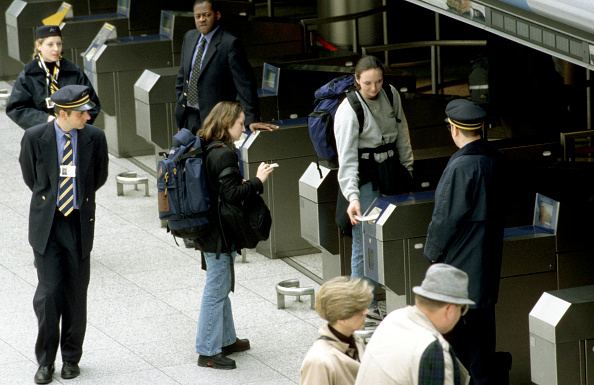 Capital Region「Travellers at the check-in barriers at Waterloo International station」:写真・画像(5)[壁紙.com]