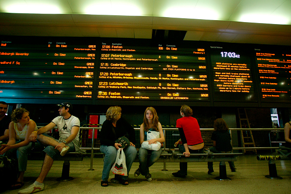 Bench「Travellers waiting beneath the main arrival and departure display at Kings Cross station」:写真・画像(9)[壁紙.com]