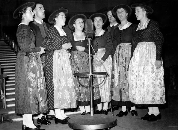 Family「Family Von Trapp singing in a radioshow in London」:写真・画像(12)[壁紙.com]