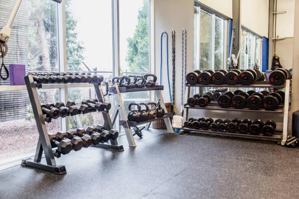 Racks of weights in gym:スマホ壁紙(壁紙.com)