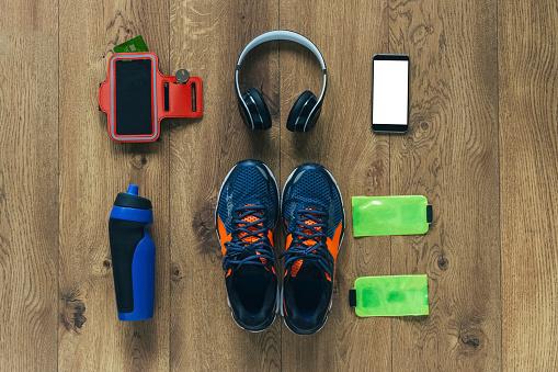 ヘッドホン「Running shoes, headphones, drinking bottle, smartphone and bags」:スマホ壁紙(19)