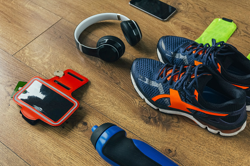 余暇「Running shoes, headphones, drinking bottle, smartphone」:スマホ壁紙(5)