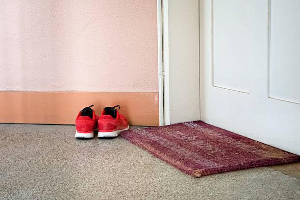 Running shoes and door mat:スマホ壁紙(壁紙.com)
