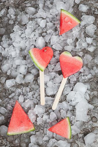 スイカ「Watermelon heart ice lollies on crashed ice」:スマホ壁紙(15)