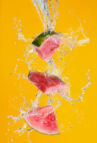 Watermelon「Watermelon splashing in water」:スマホ壁紙(12)