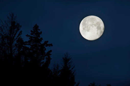 月「The full Moon crests a ridgeline in Wyoming」:スマホ壁紙(1)