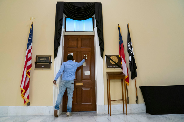 1965 Voting Rights Act「Tributes Are Left At Capitol Hill Office Of Recently Passed Rep. John Lewis (D-GA)」:写真・画像(6)[壁紙.com]