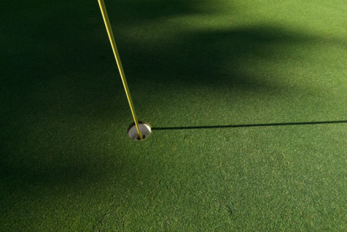 Golf Links「Flagpole and hole on green of golf course」:スマホ壁紙(14)