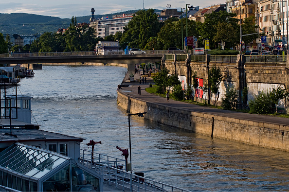 City Life「View Along The Danube Canal」:写真・画像(0)[壁紙.com]