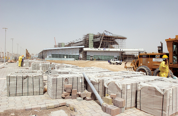 Heart「Dubai Autodrome under construction at the Dubailand, Dubai, United Arab Emirates, September 2004. Transforming 7.5km of sandy desert in the heart of Dubai into a world class F1 circuit is no mean feat but to create it in only six months is super speedy.」:写真・画像(16)[壁紙.com]