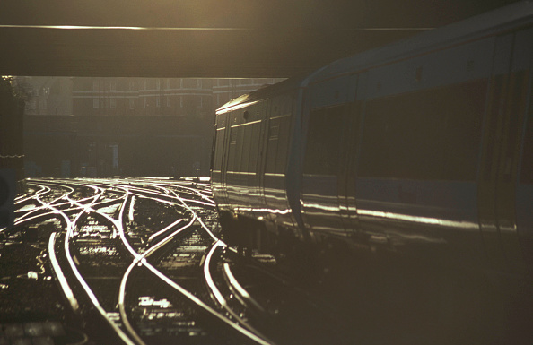 Sunny「An South East Trains operated Class 375 Electrostar leaves Victoria Station at sunset.」:写真・画像(9)[壁紙.com]