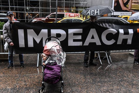 座る「Protestors At Trump Tower Call On Trump Executives To Cooperate With Congress」:写真・画像(17)[壁紙.com]