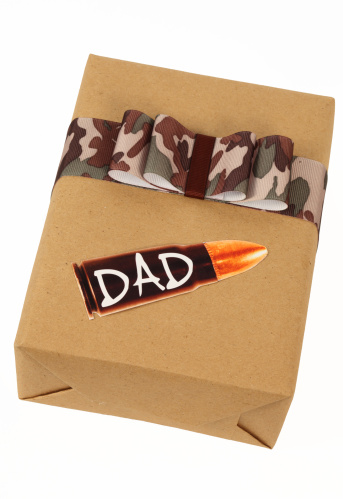 父の日「ギフトのパパにカモフラージュのリボンと銃弾のタグ」:スマホ壁紙(19)