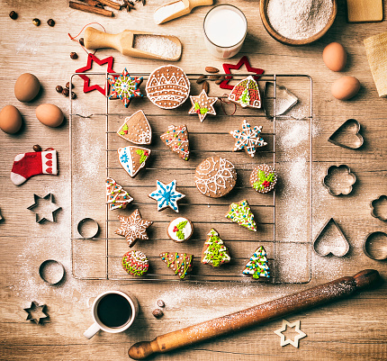 Gingerbread Cookie「Preparing Gingerbread Christmas Cookies in Kitchen」:スマホ壁紙(19)