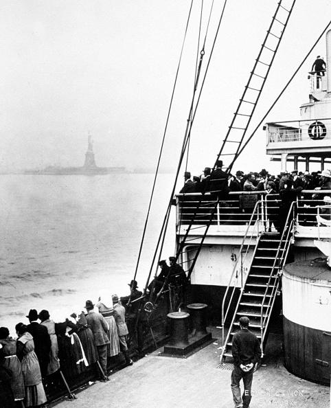 1900-1909「Arriving of immigrants in Ellis Island, New York, photo by Edwin Levick, c. 1905」:写真・画像(2)[壁紙.com]