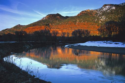 アニマス川「庭園、川、山の夕暮れのイベント」:スマホ壁紙(3)