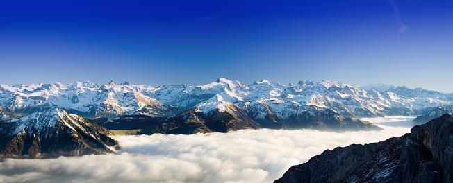 雪山「アルプスのパノラマ」:スマホ壁紙(12)