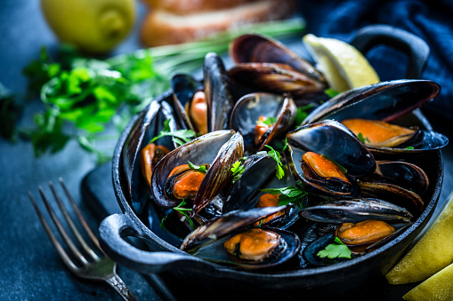 Cast Iron「Steamed mussels in a cooking pan」:スマホ壁紙(9)