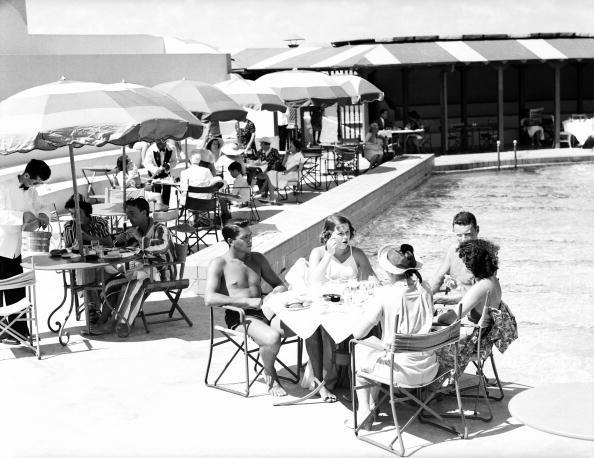 Retro Style「Poolside dining」:写真・画像(0)[壁紙.com]