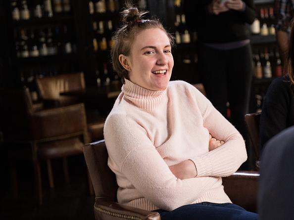 座る「Lena Dunham And Jenni Konner Sit Down With LinkedIn Executive Editor Dan Roth」:写真・画像(8)[壁紙.com]