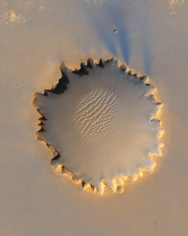 Scalloped - Pattern「This image shows Victoria Crater, an impact crater at Meridiani Planum, near the equator of Mars.」:スマホ壁紙(1)