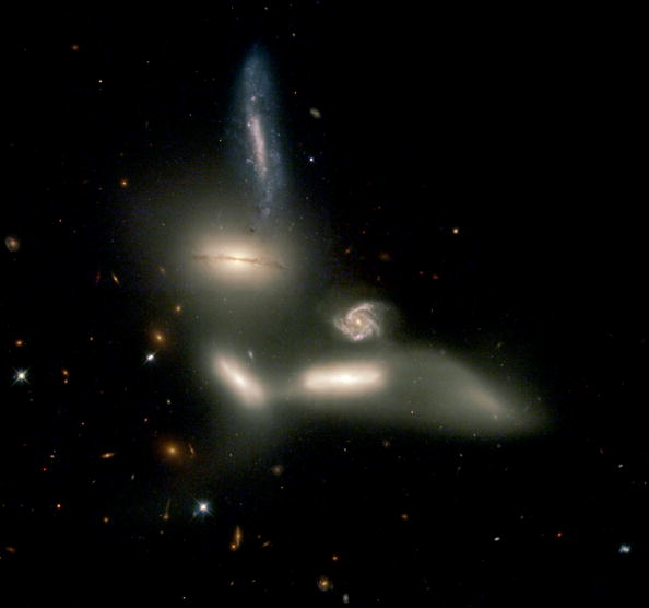 Hubble Space Telescope「Hubble Captures Image Of Merging Galaxies 」:写真・画像(8)[壁紙.com]