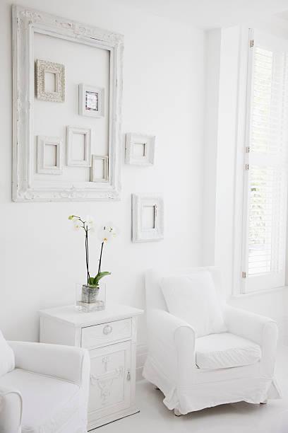 Armchairs in elegant white living room:スマホ壁紙(壁紙.com)
