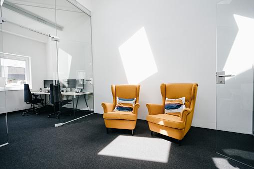 Small Office「Armchairs in empty modern office」:スマホ壁紙(12)