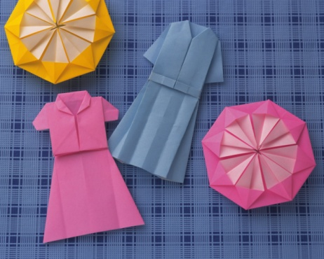 Paper Craft「Origami Ladys Dresses and Flowers, High Angle View」:スマホ壁紙(6)