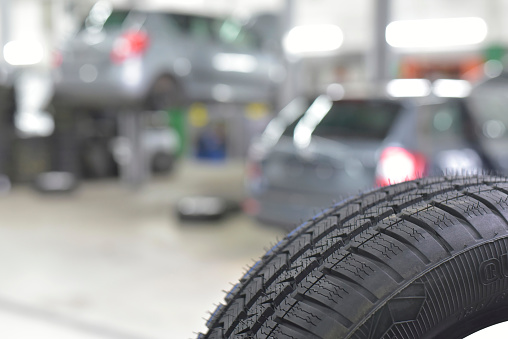 Automobile Industry「Car tyre in a workshop」:スマホ壁紙(14)