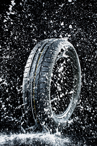 Splashing「Car tyre in wetness」:スマホ壁紙(7)