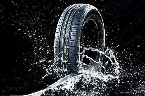 Car tyre in wetness:スマホ壁紙(壁紙.com)