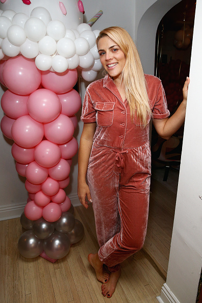 Barefoot「Busy Phillips & Sara Foster Host L.O.L. Surprise! NYE Party with daughters」:写真・画像(19)[壁紙.com]